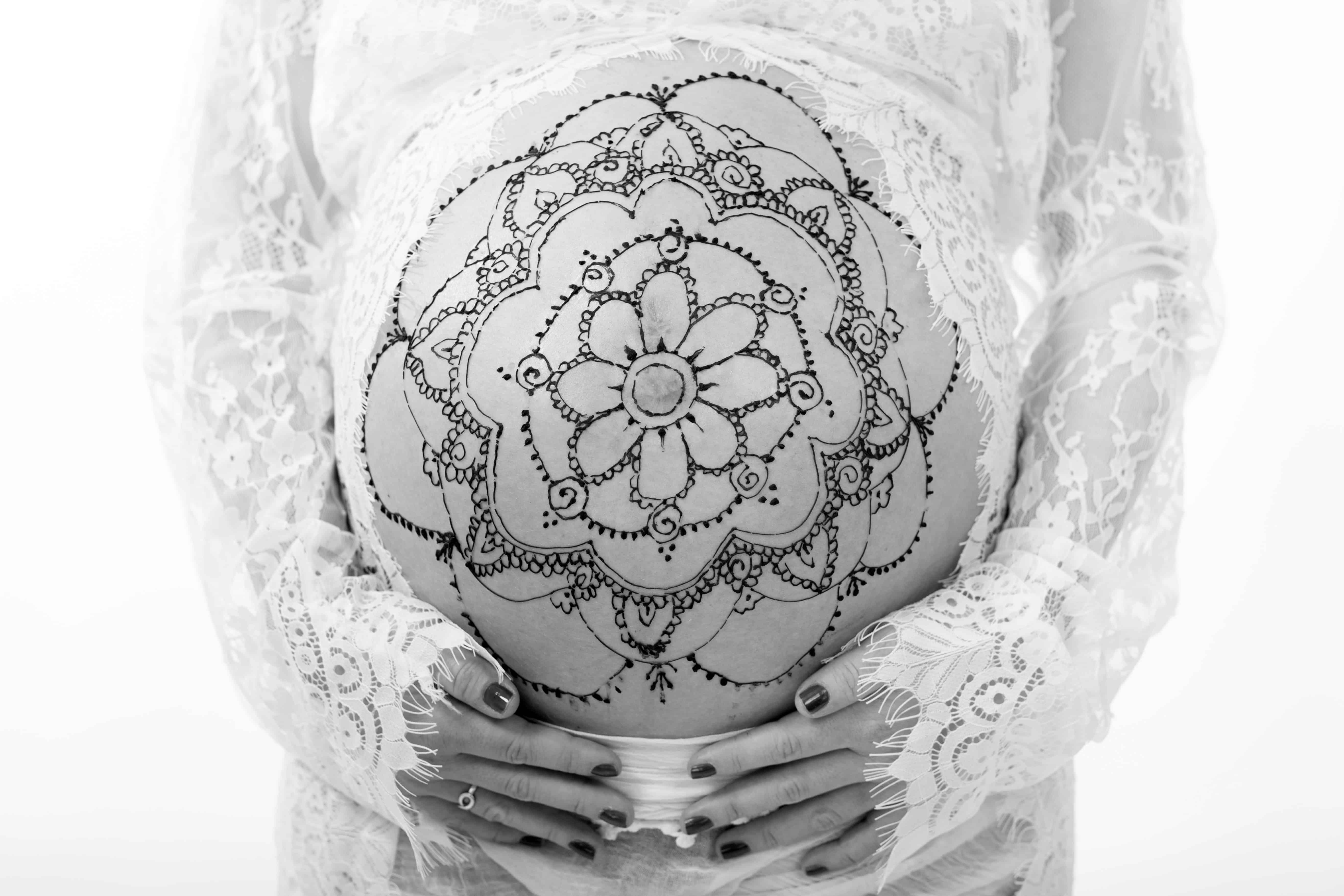 Henna Bemalung auf dem Babybauch
